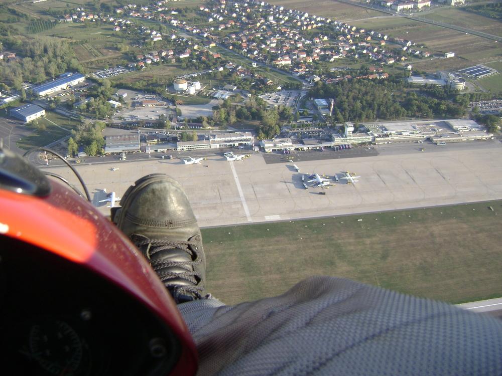 Zmajem preko aerodroma Pleso prema Ivaniću.